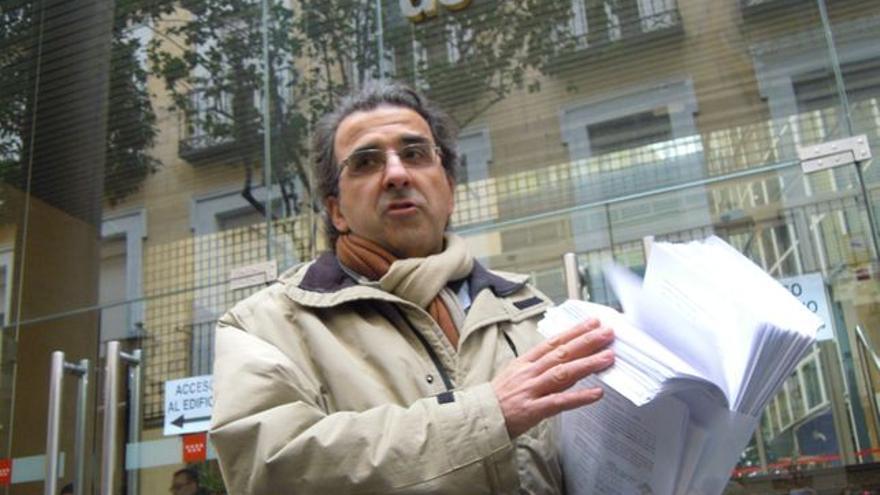 Paulino Cubero con las firmas de dimisión colectiva de responsables de Atención Primaria en Madrid.