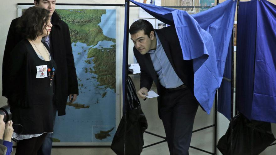 Alexis Tsipras en el colegio electoral tras elegir su papeleta. \ AP Photo/Lefteris Pitarakis
