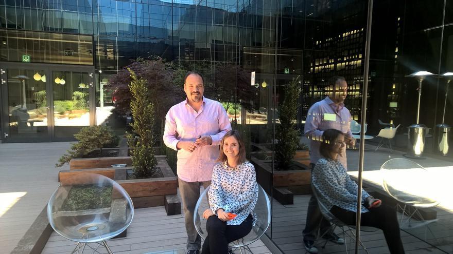 Alejandro Campoy, responsable de Cortana en España, y Sara Vicente, la guionista