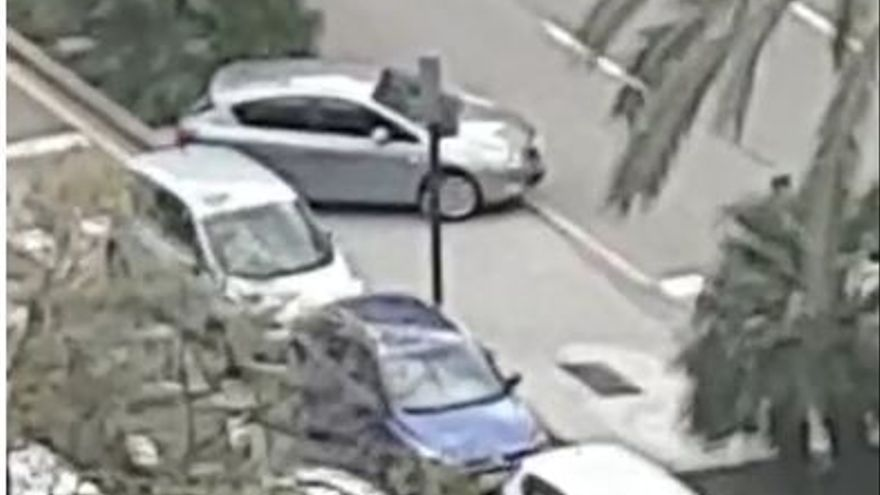 Un coches  cruza la mediana de manera ilegal para evitar el control.