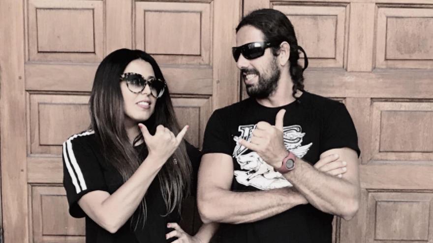 Beatriz Gómez, directora de la película The Shaper y el actor protagonista y surfista Aarón Rodríguez Infante.