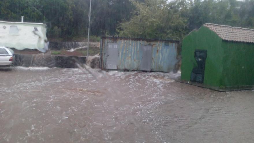 En la imagen, este martes, lloviendo con intensidad en el entorno de la gasolinera de San Antonio del Monte, en la Villa de Garafía. Foto: Pedro Miguel Hernández.