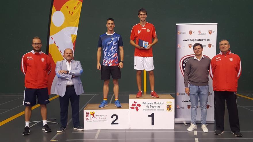 Gustavo Vidal, en lo alto del podio de la Copa de España tras ganar en Paleta Goma.