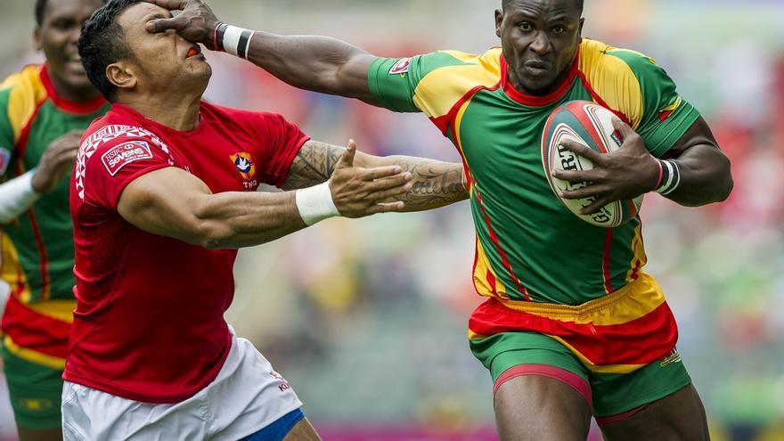 Dos jugadores de disputan el balón en el partido entre Tonga y Guyana, perteneciente a la serie clasificatoria del HSBC World Rugby Seven en el Hong Kong Stadium. Hong Kong (China). 28/03/2015. | FOTO: JUAN MANUEL SERRANO