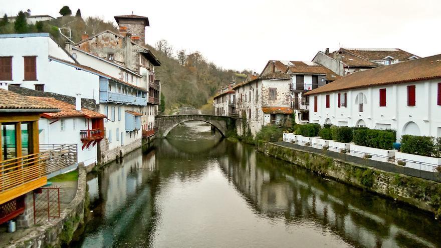 El puente medieval salva el cauce del Río Nive, que divide en dos mitades el pueblo de Saint Jean a Pied de Port