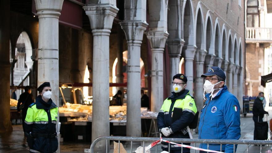 Control policial frente al mercado de la plaza de San Marcos en Venecia (Italia).