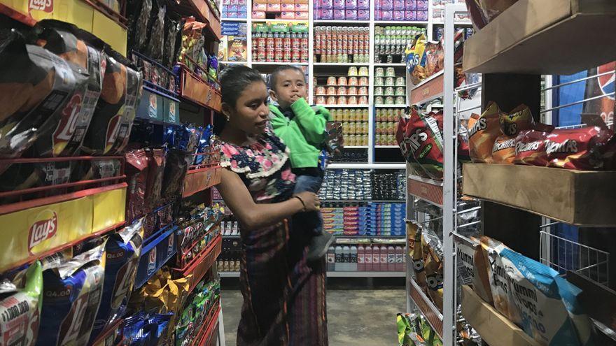 """Los llamados """"pantanos alimenticios"""", se arman con las ofertas de alimentos ultraprocesados a pocos metros y que rodean a los consumidores sin dejar otra opciones. / Miguel Tova"""
