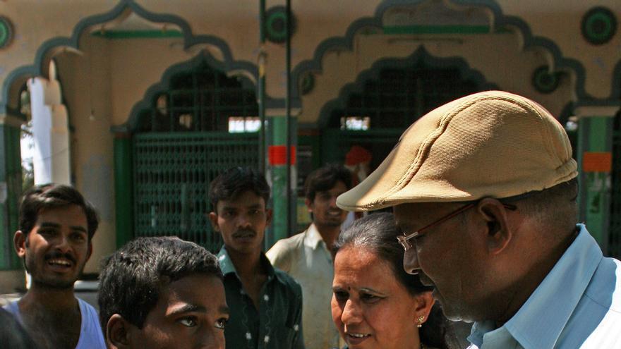 Varios hombres sacan de la mezquita a un menor que se había escondido en ella, ante la imposibilidad de las mujeres de entrar en ella/ R. Ovalle