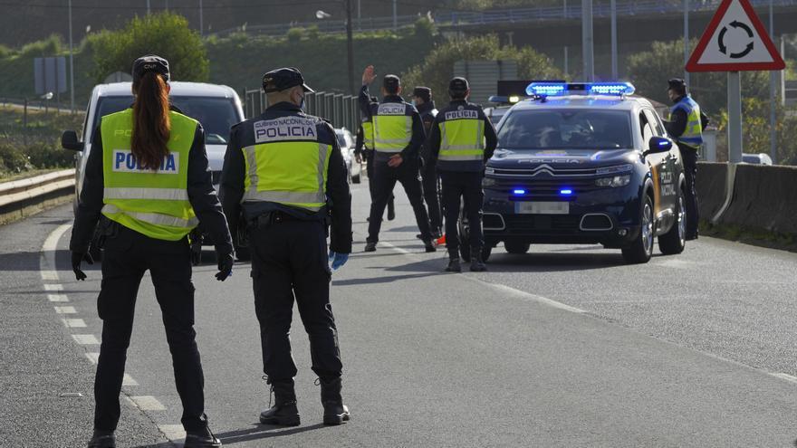 Varios agentes de Policía Nacional durante un control de movilidad en la parroquia de O Castiñeiriño (Santiago de Compostela), en la entrada y salida Santiago hacia Ourense, Galicia (España), a 3 de noviembre de 2020. La Xunta ordenó el viernes 30 de octu