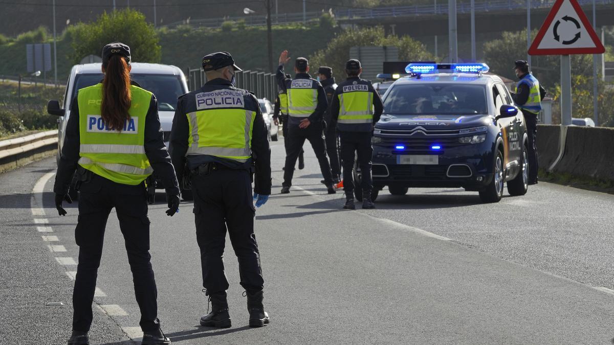 Diversos agents de Policia Nacional durant un control de mobilitat.