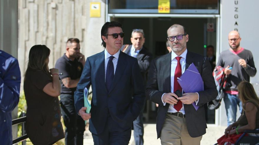 El exministro José Manuel Soria y su abogado, Nicolás González Cuellar, a su salida por la parte trasera de la Ciudad de La Justicia de Las Palmas de Gran Canaria.