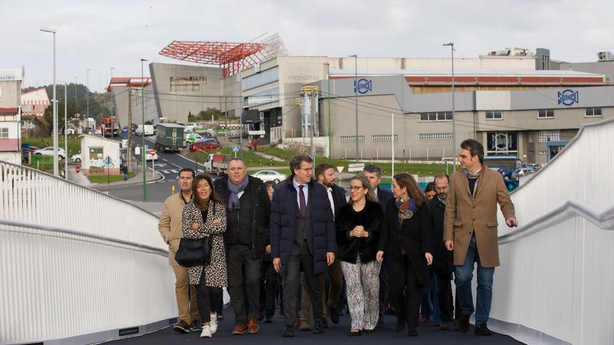 Feijóo, junto a otros cargos públicos, en la inauguración de una pasarela en A Coruña