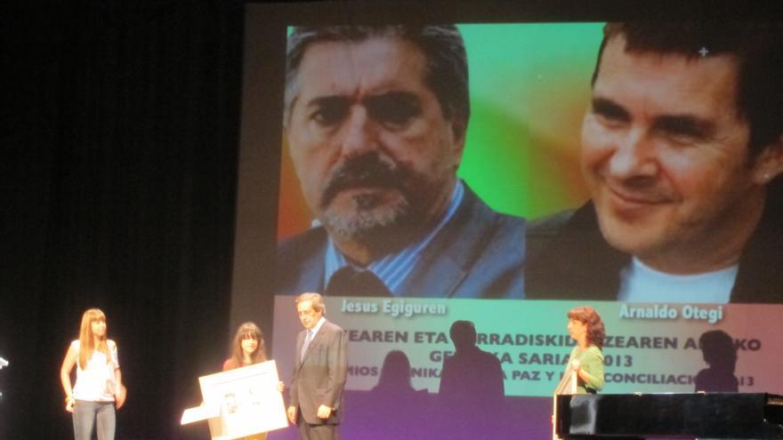 """Imagen de Arnaldo Otegi y Jesus Eguiguren en la entrega del Premio """"Gernika por la Paz y la Reconciliación"""""""