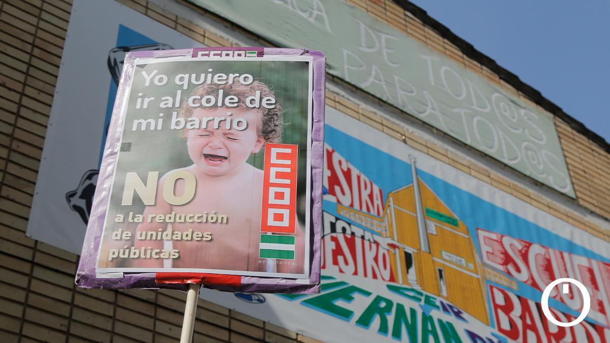 Concentración de CCOO y Ustea contra el cierre de aulas en la enseñanza pública