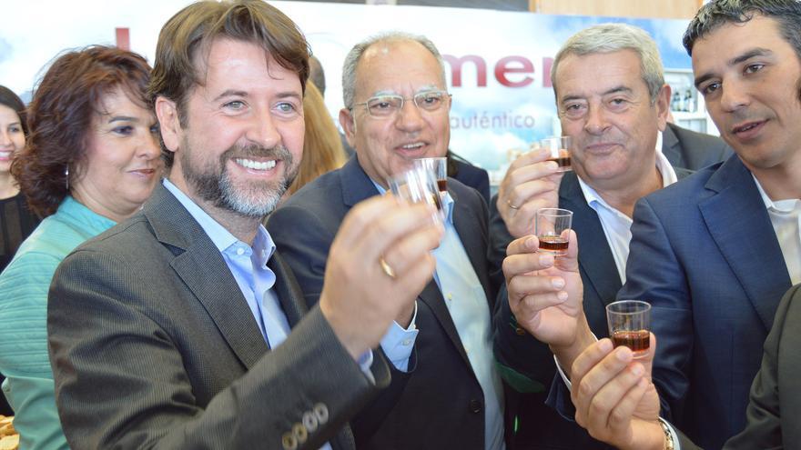 El presidente del Cabildo de Tenerife, Carlos Alonso; el de La Gomera, Casimiro Curbelo; el vicepresidente del Cabildo de Tenerife, Aurelio Abreu; y el consejero de Agricultura de Canarias, Narvay Quintero, brindando con miel de palma.
