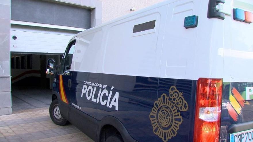 Foto del furgón que trasladó a la presunta responsable del incendio del hospital de La Candelaria hasta los juzgados de Santa Cruz de Tenerife.