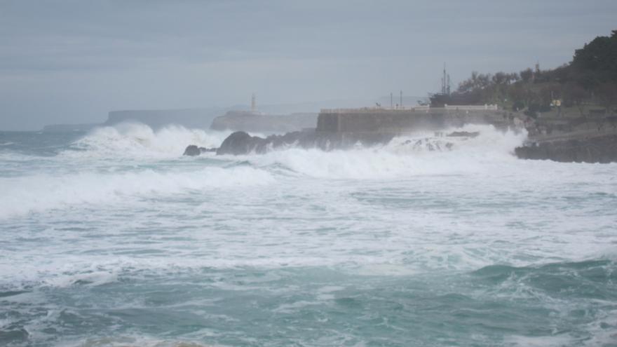 Las olas superan los seis metros de altura en Santander