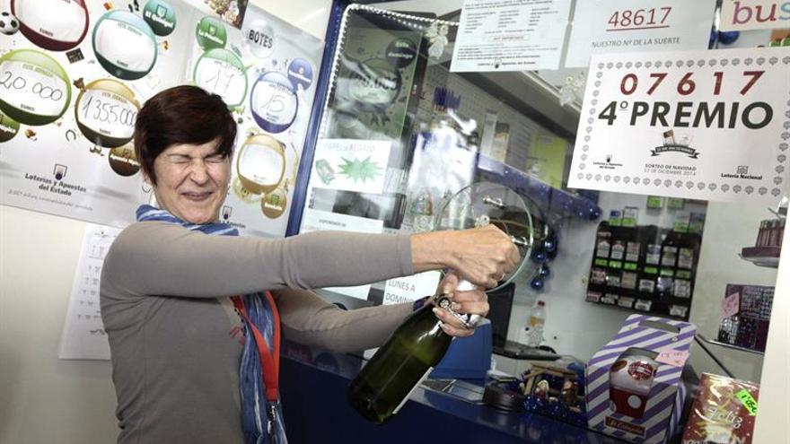 Auri Pérez, empleada en un receptor de lotería situado en La Laguna. (Efe/Ramón de la Rocha).