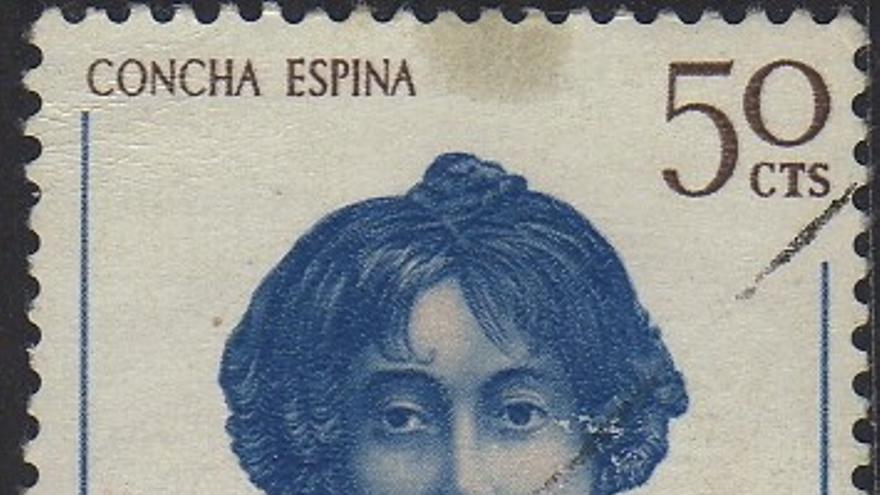 La escritora cántabra recibió homenajes y honores en vida. En 1948, el pueblo de Mazcuerras, donde había nacido, cambió su nombre por el de Luzmela, en referencia a la primera novela de Concha Espina. En la fotografía, un sello postal en homenaje a la escritora, emitido por el Gobierno de España.