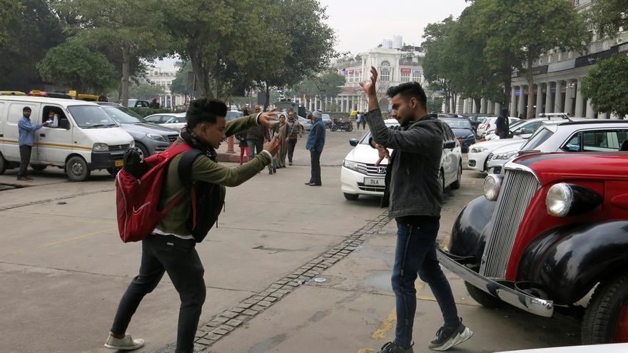 Un joven indio se prepara frente a la cámara para grabar un vídeo.
