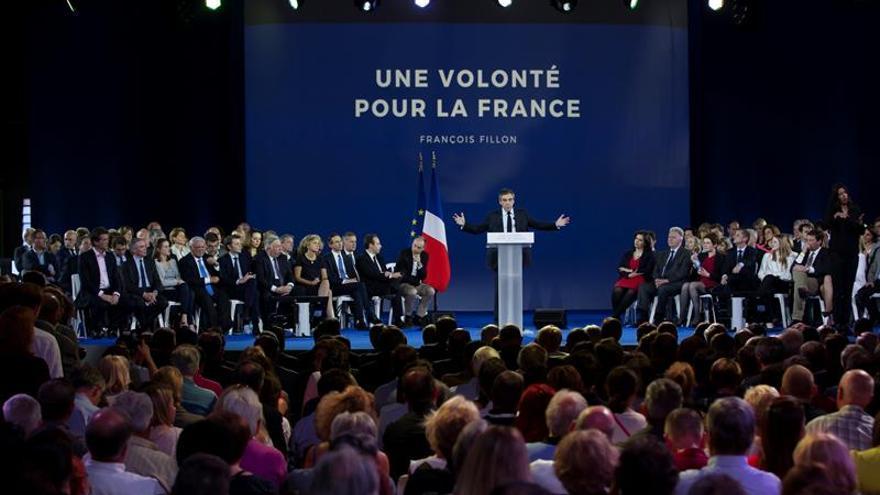 Fillon y sobre todo Mélenchon reúnen multitudes en Francia al calor de los sondeos