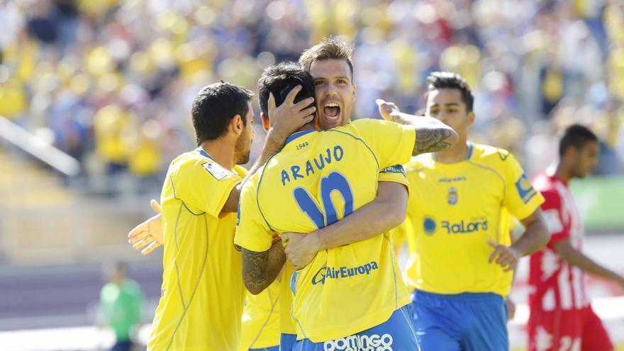 Ortuño y Araujo se abrazan en la celebración de uno de los goles ante el Girona (UDLASPALMAS.ES)