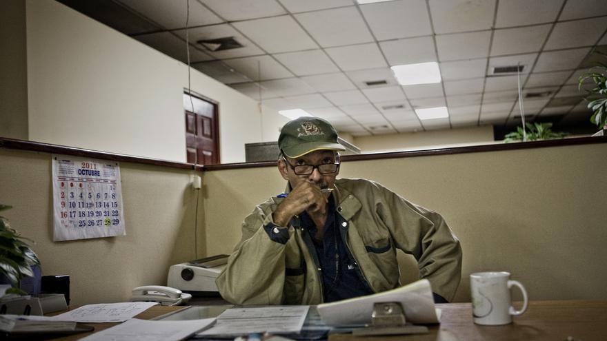 El doctor Eduardo Abullarade en su oficina tras una dura noche de trabajo. Abullarade trabajo en casi 10 mil escenas de homicidios en los últimos 20 años. Murió de cáncer en 2012./Edu Ponces (RUIDO Photo)