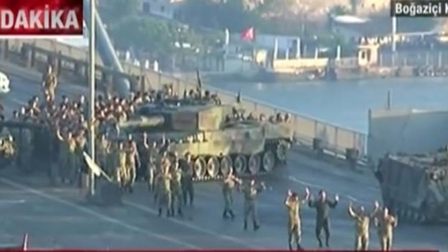 Militares abandonan su barricada manos en alto