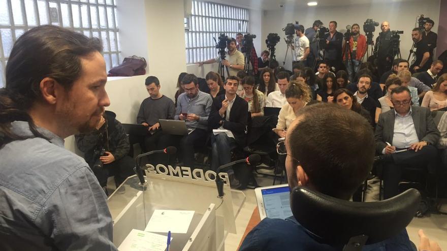 Un momento de la rueda de prensa de Pablo Iglesias y Pablo Echenique.