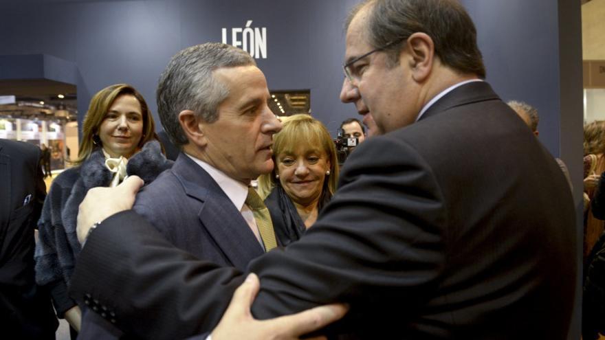 El alcalde de León, Emilio Gutiérrez, y el presidente de la Junta de Castilla y León, Juan Vicente Herrera, en el pabellón leonés de Fitur. Foto: Luca Piergiovanni, Efe.