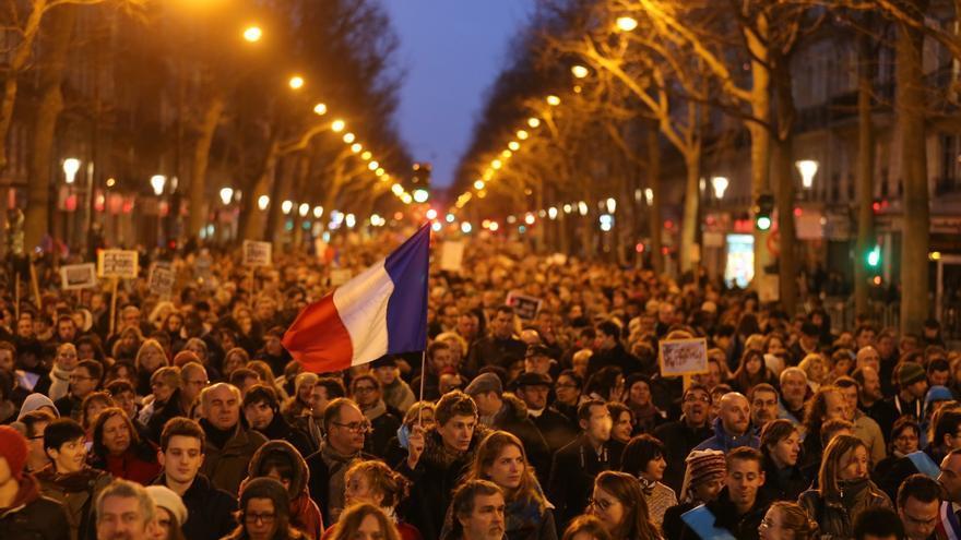 Al atardecer del domingo, calles enteras seguían abarrotadas por la manifestación de París. Foto: Fredrik von Erichsen/DPA