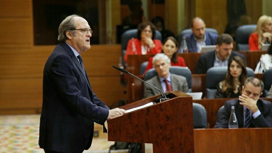 El portavoz del PSOE, Ángel Gabilondo, durante su discurso en la sesión de investidura de Ángel Garrido.
