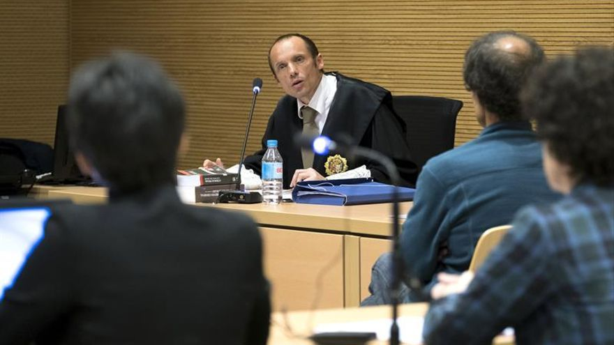 El fiscal Pedro Gimeno (c), pregunta a las médicos forenses Eva Bajo (i) e Yraya Batista (d), durante la sesión del juicio que se sigue contra Martín S.J., acusado de asesinar a su madre