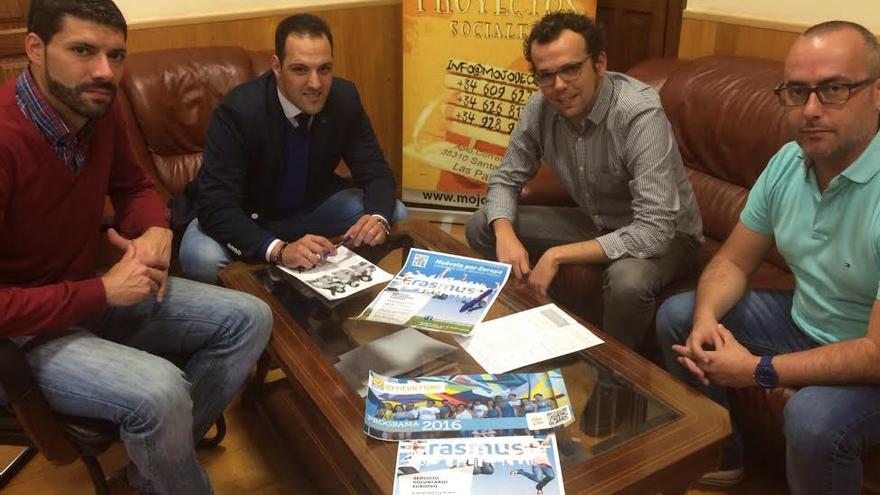 El alcalde de Breña Alta, Jonathan Felipe, con miembros de la asociación.