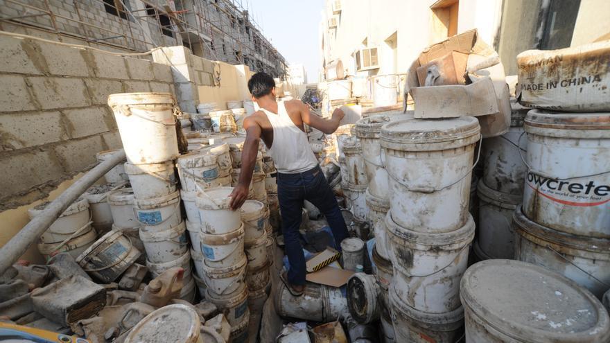 Pinturas viejas y materiales de desecho, que se almacenaban en los lugares de alojamiento de trabajadores en Qatar © Shaival Dalal