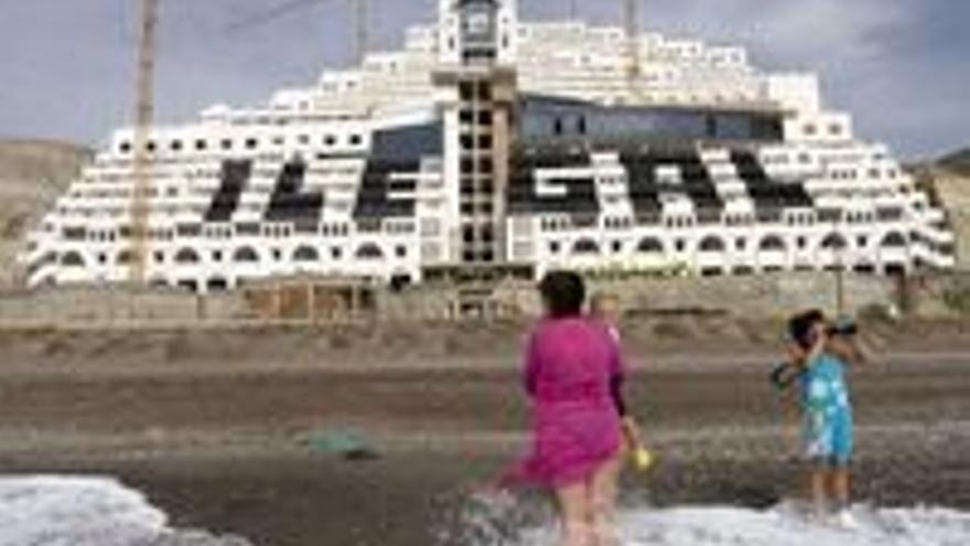 El hotel del Algarrobico, lo que Soria quiere para las costas españolas.