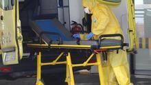 Personal del Servicio Canario de Salud prepara una ambulancia en la puerta de Urgencias del Hospital Universitario Insular de Gran Canaria