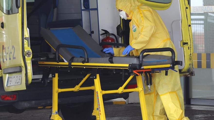 Personal del Servicio Canario de Salud prepara este jueves una ambulancia en la puerta de Urgencias del Hospital Universitario Insular de Gran Canaria.