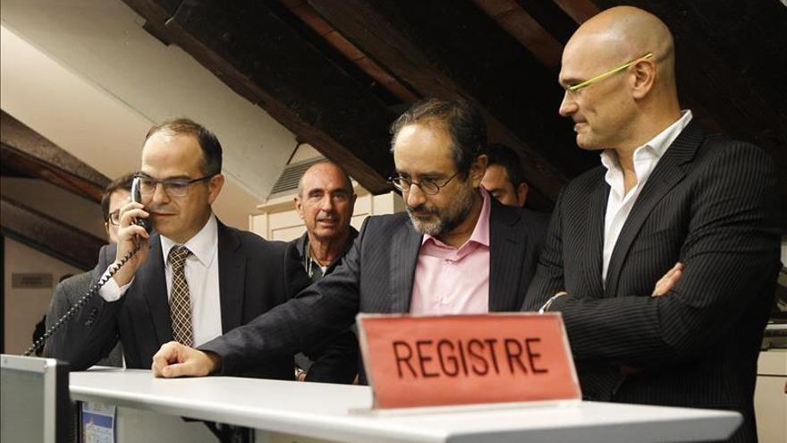 Jordi Turull (CDC), Antonio Baños (CUP) i Raül Romeva (JxSí) al registre del Parlament