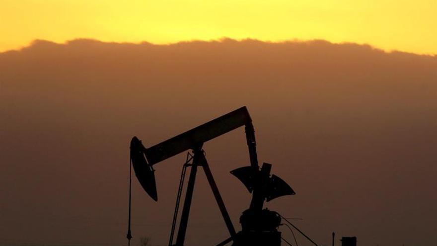 El petróleo de Texas cae un 4,14 por ciento por la incertidumbre en los recortes de la OPEP