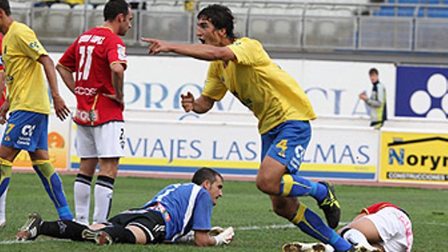 El uruguayo Lamas celebra su primer gol frente al Albacete. (QUIQUE CURBELO)