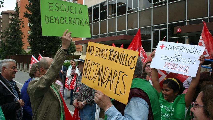 Movilización a las puertas de la Dirección Provincial de Educación en Albacete.