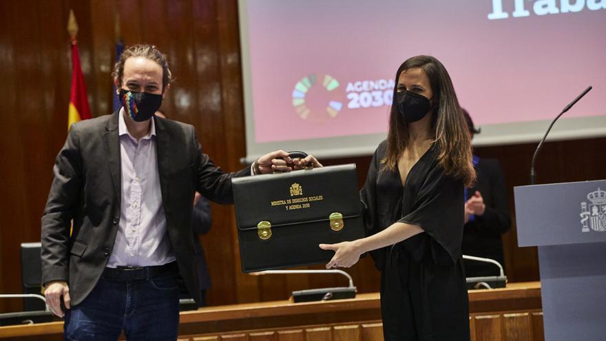 El vicepresidente segundo y ministro de Derechos Sociales y Agenda 2030 saliente, Pablo Iglesias, cede la cartera ministerial a la nueva ministra de Derechos Sociales y Agenda 2030, Ione Belarra, en Madrid (España), a 31 de marzo de 2021.