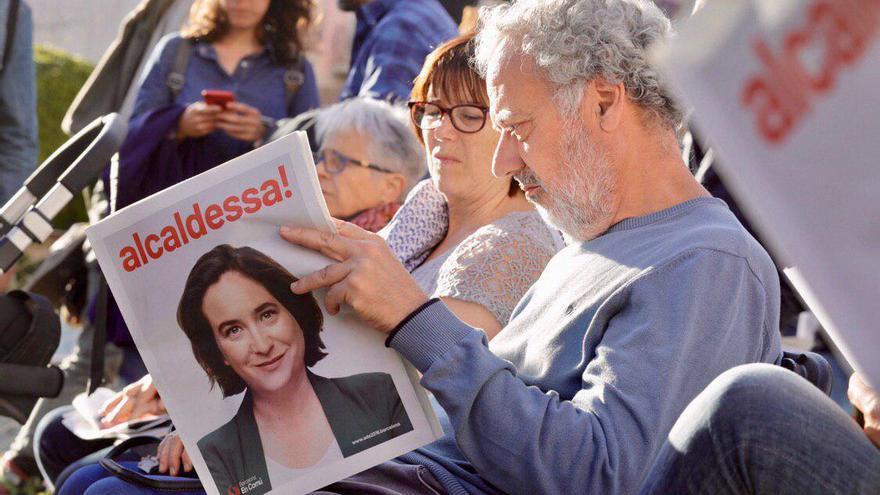 Un simpatizante de Barcelona en Comú, en un mitin de Ada Colau