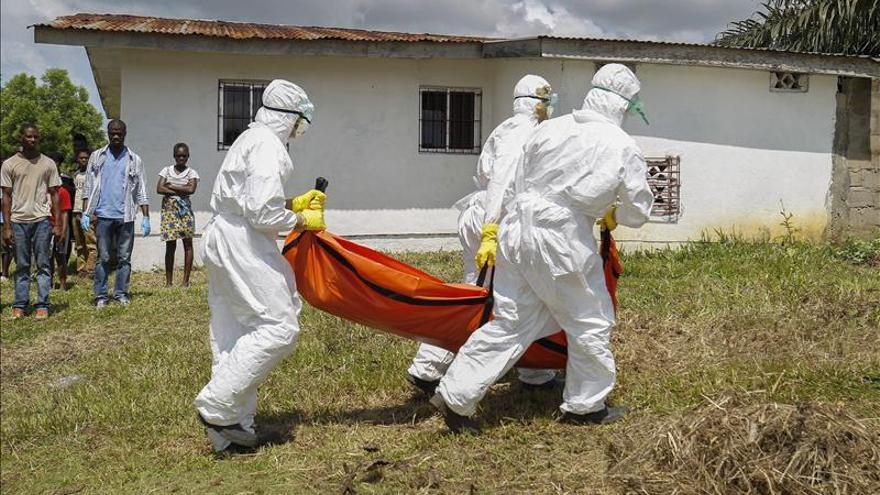 Traslado de un enfermo de ébola en Banjor, Liberia./ Efe