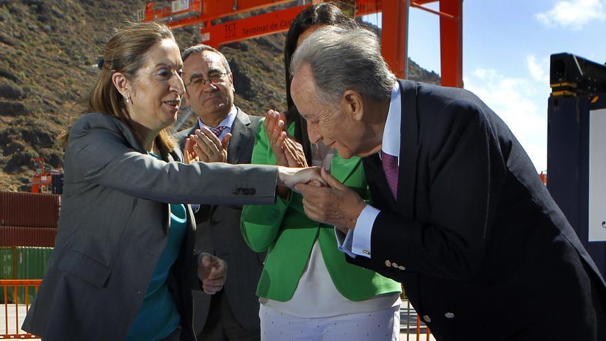El presidente de OHL, Juan Miguel Villar Mir, saluda a la ministra de Fomento tras la inauguración de la Terminal de Contenedores de Tenerife, en junio de 2013. Foto: EFE