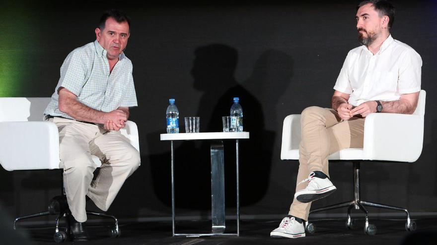 Arsenio Escolar e Ignacio Escolar durante una charla en Gran Canaria.   ALEJANDRO RAMOS