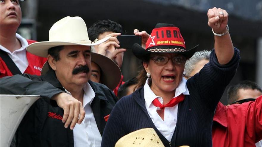 La esposa de Zelaya lidera la intención de voto para las presidenciales en Honduras