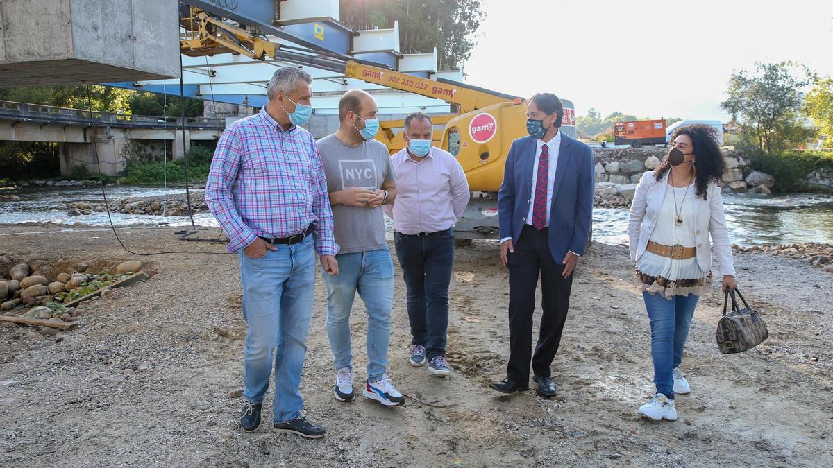 El consejero de Obras Públicas, José Luis Gochicoa, visita las obras de construcción del nuevo puente en Virgen de la Peña.