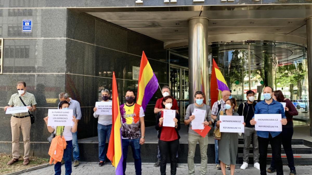 Dirigentes de Ezker Anitza-IU y PCE-EPK junto a manifestantes republicanos frente al Palacio de Justicia de Vitoria este martes